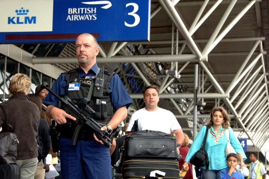 Agentes armados custodian el aeropuerto Heathrow, de Londres, como parte del redoble a la seguridad tras haberse desarticulado un complot para atacar aviones durante el vuelo. (Foto: AP)