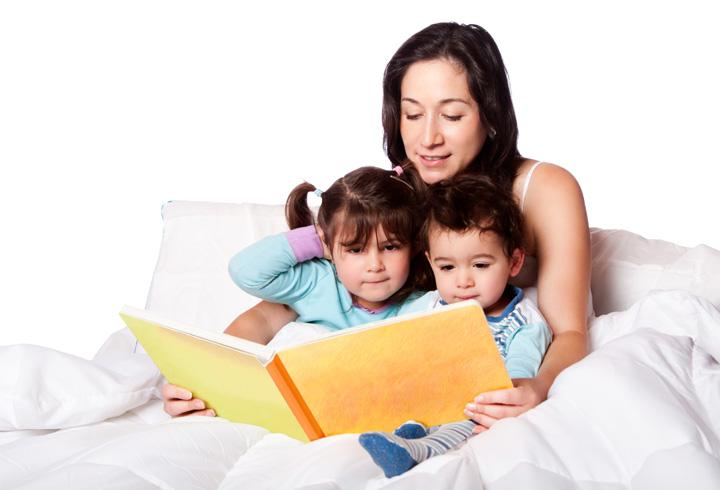 Leer cuentos a los pequeños de la casa fortalece los vínculos de la familia y fomenta en ellos el gusto por la literatura. (Foto: Hemeroteca PL).