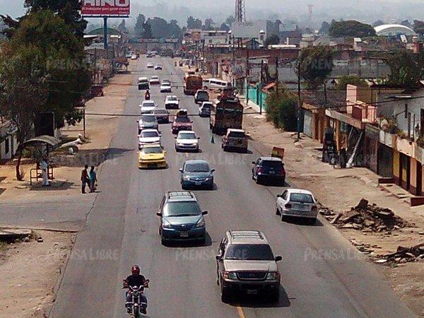 Desde las 6.00 horas en la ruta Interamericana se registra afluencia de vehículos debido al retorno a la capital. (Foto Prensa Libre: Víctor Chamalé)