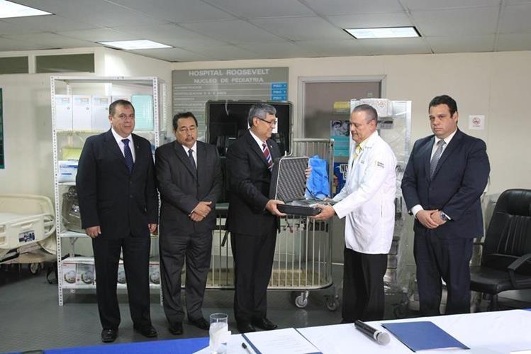 El director del Hospital Roosevelt, Carlos Soto, recibe simbólicamente una donación de equipo. (Foto Prensa Libre: Esbin García)
