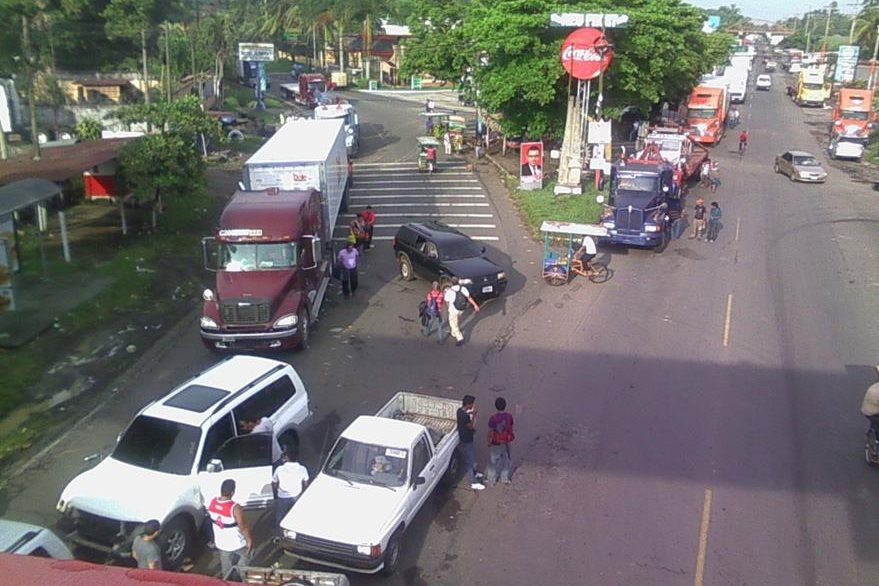 La fila de vehículos se extiende por unos 15 kilómetros en la ruta a suroccidente, debido a bloqueo. (Foto Prensa Libre: Jorge Tizol)