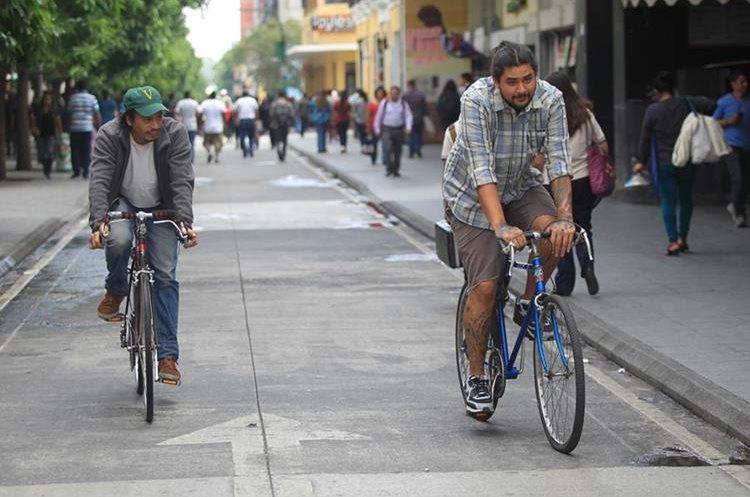 El uso de bicicleta como medio de transporte es económico y amigable con el ambiente y la salud. (Foto Prensa Libre: Esbin García)