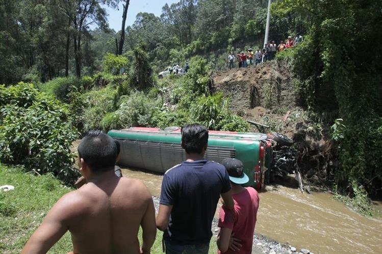 Un bus extraurbano cayó a una hondonada y dejo varios heridos. (Foto Prensa Libre: Carlos Hernández).