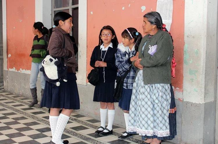 Estudiantes de 19 de los 24 municipios de Quetzaltenango ingresarán una hora más tarde. (Foto Prensa Libre: Carlos Ventura)