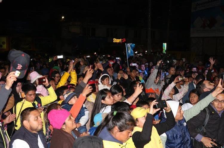 Los aficionados aplaudieron a su equipo Decorabaños por el título individual y por equipos. (Foto Prensa Libre: Raúl Juárez)