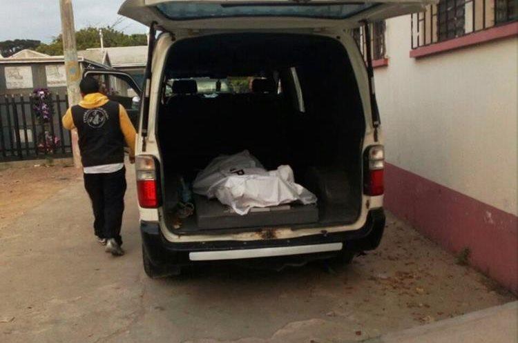 La madrugada de este viernes un hombre fue localizado sin vida en el km 165.8 de la ruta de Chiquimula a Zacapa. (Foto Prensa Libre: Mario Morales)