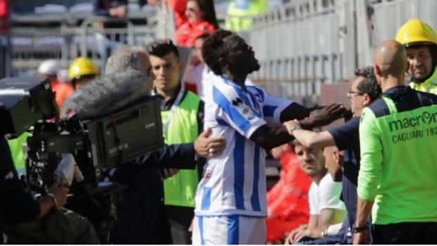 Muntari pidió a los aficionados que pararan con los insultos racistas. (Foto Prensa Libre: Twitter)