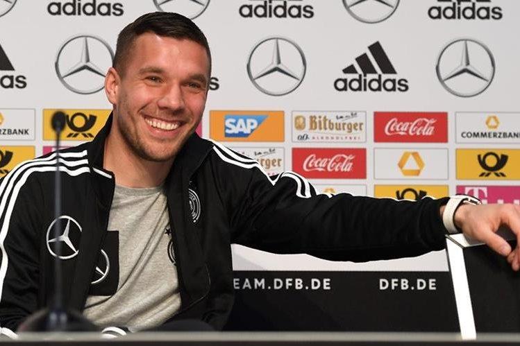 """El internacional alemán Lukas Podolski,expresó hoy su agradecimiento a la Federación Alemana de Futbol (DFB), sus compañeros y a la afición, ante el """"emocionante momento"""" de su adiós a la selección. (Foto Prensa Libre: AFP)"""