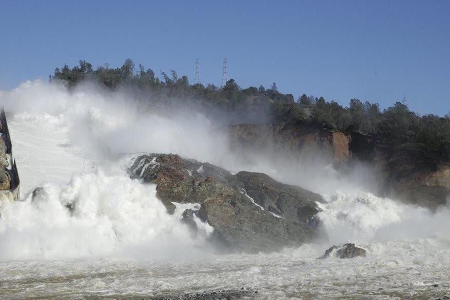 El agua fluye por la represa de Oroville, cerca de California, EE. UU.(AP).