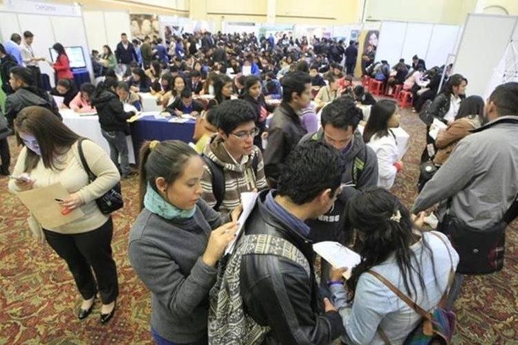 Jóvenes buscan una oportunidad laboral. (Foto Prensa Libre: Edwin Bercián)