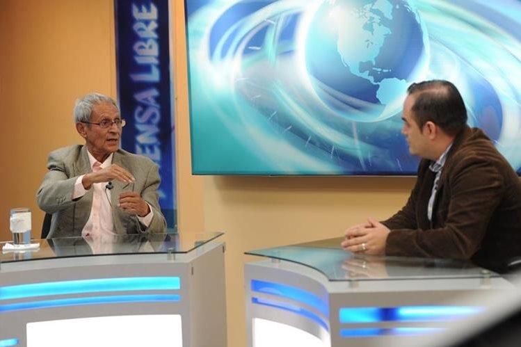 Jorge roldán —izquierda— es entrevistado por el periodista de TodoDeportes, Milton Meléndez. (Foto Prensa Libre: Óscar Felipe)
