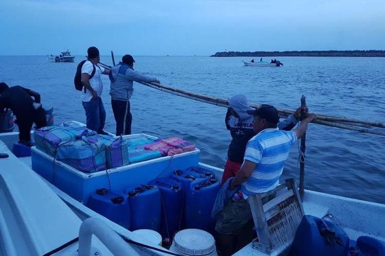 Las fuerzas de seguridad interceptaron en aguas guatemaltecas dos embarcaciones que transportaban droga. (Foto Prensa Libre: Ejército de Guatemala)