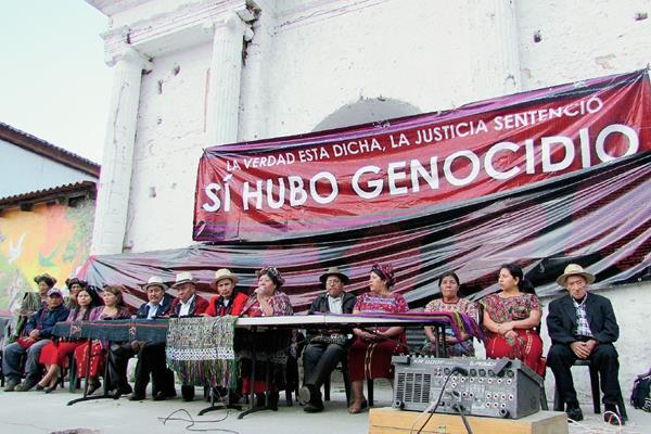 Autoridades indígenas de Nebaj, Chajul y Cotzal festejan la sentencia por genocidio contra Efraín Ríos Montt. (Foto Prensa Libre: Óscar Figueroa)