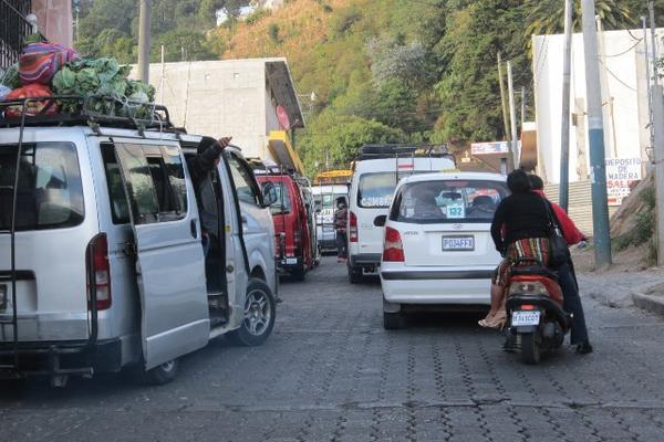 En la calle principal de la cabecera de Sololá, hacia el mercado de mayoreo, se origina un constante caos vehicular. (Foto Prensa Libre: Ángel Julajuj)