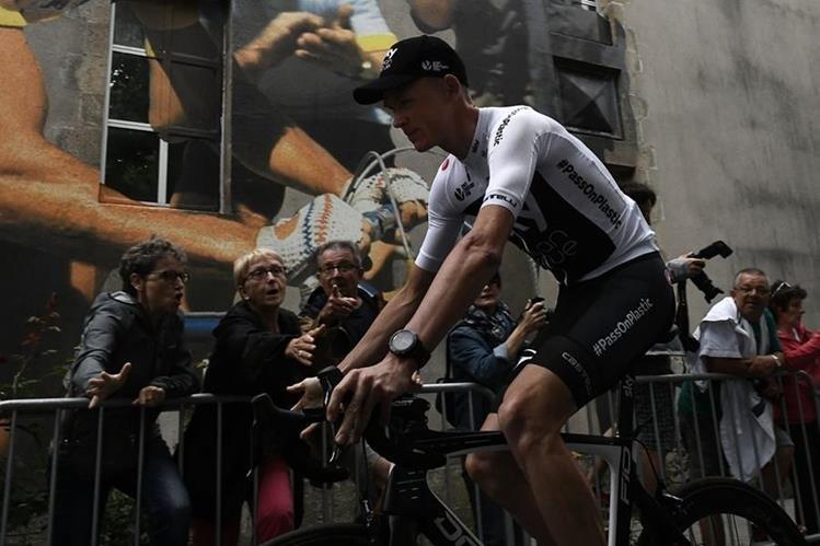 Froome es señalado por un sector de espectadores que recibieron al Team Sky durante una hostil presentación en la Roche-sur Yon, Francia. (Foto Prensa Libre: AFP)