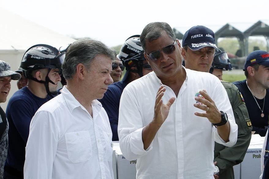 Manuel Santos, presidente colombiano -izq.- recorre sitios devastados. (EFE)