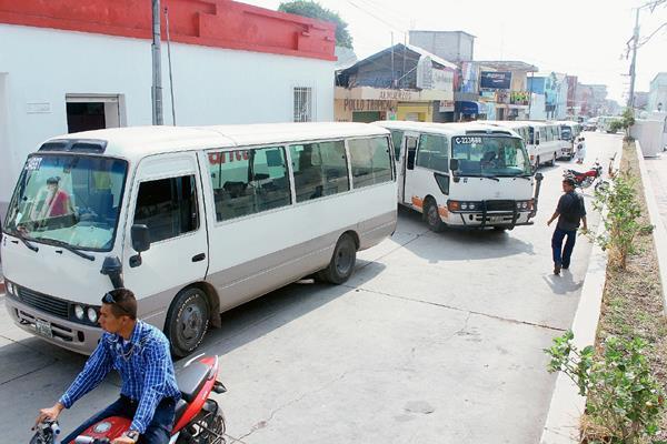 Los microbuses que circulan en la cabecera de Jutiapa fueron parqueados en las calles de esa cabecera, como medida de protesta. (Foto Prensa Libre: Óscar González)