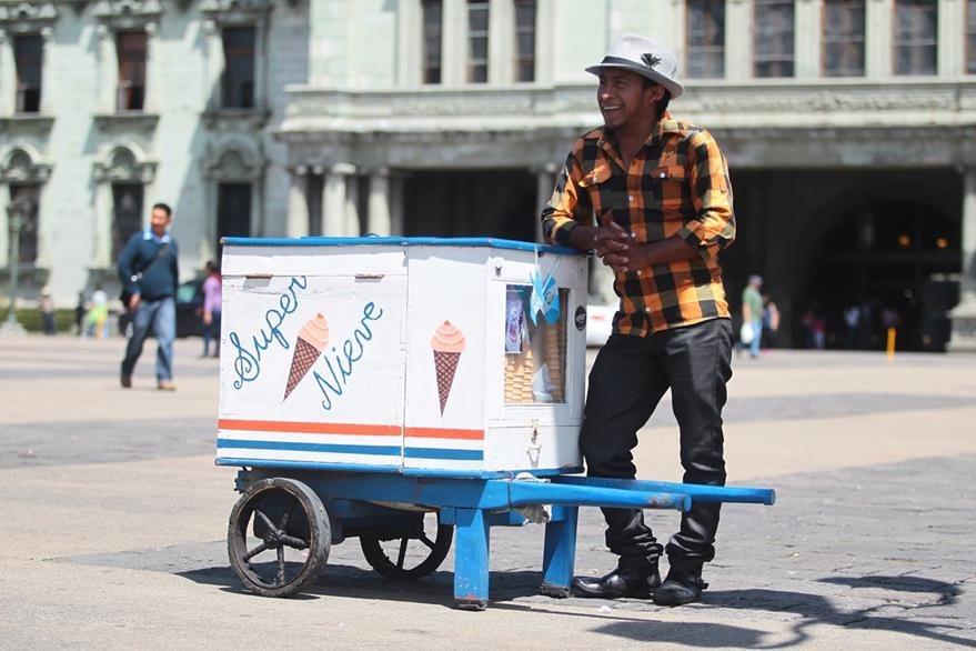 Abraham Nicolás, tal como los otros heladeros, sortea distintos obstáculos en las calles. Entre los más peligrosos están los pilotos de carros que conducen de forma abusiva. Foto Prensa Libre: Álvaro Interiano.
