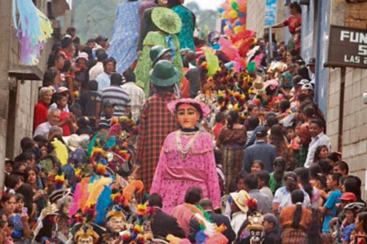 LOS Gigantes salen hoy a las calles de Sumpango, Sacatepéquez, a bailar en la fiesta patronal del lugar. (Foto Prensa Libre: Edwin Castro)