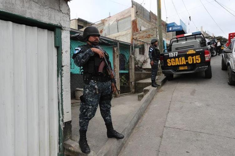 Allanamiento efectuado en el asentamiento El Cerrito, zona 18. (Foto Prensa Libre: Erick Ávila)