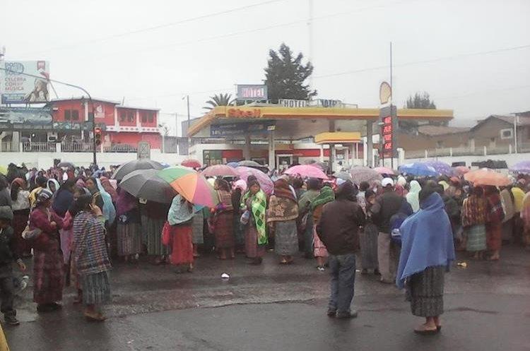 Pobladores de San Cristóbal Totonicapán bloquean paso de vehículos en Cuatro Caminos.