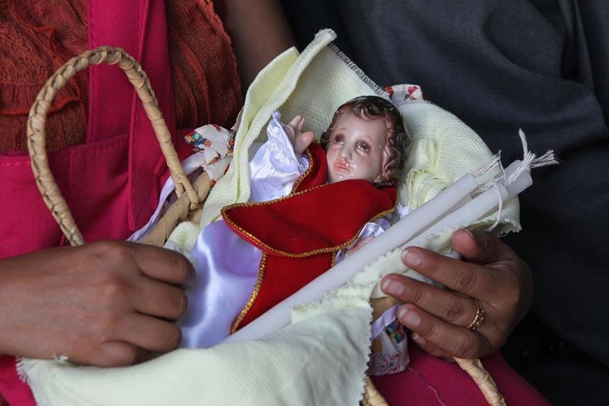 El dos de febrero los fieles visitan a la Virgen de Candelaria y llevan imagenes del Niño Dios y candelas para que les sean bendecidas. (Foto: Hemeroteca PL)