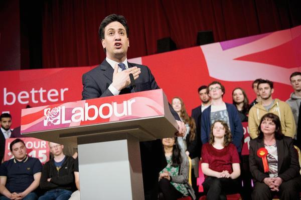 Ed Miliband, líder del Partido Laborista de Gran Bretaña, se dirige a  partidarios en  Colne.(Foto Prensa Libre:AFP).
