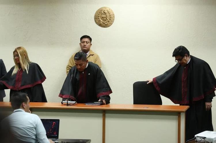 Después de 16 horas de deliberar el Tribunal de Mayor Riesgo C, integrado por los jueces Eva Recinos, Pablo Xitumul y Elvis Hernández (izquierda a derecha) ingresó a las 3:20 de la mañana.