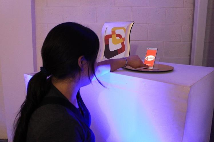 El teléfono modelo Lucid estará disponible en dos o tres semanas. (Foto Prensa Libre: Enrique Paredes)