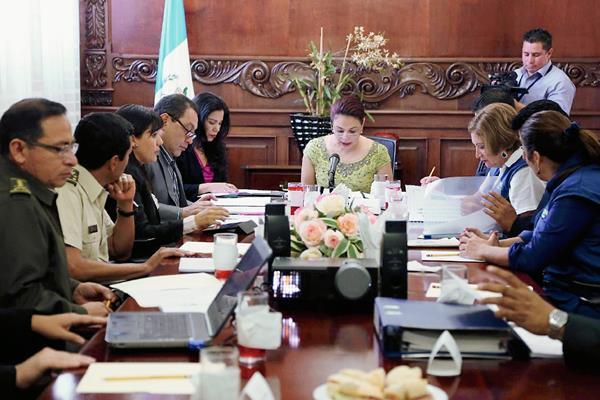 Ante la insistencia conocer el paradero de la vicepresidenta Roxana Baldetti, su oficina de comunicación hizo circular fotos donde encabeza una reunión de CONABED