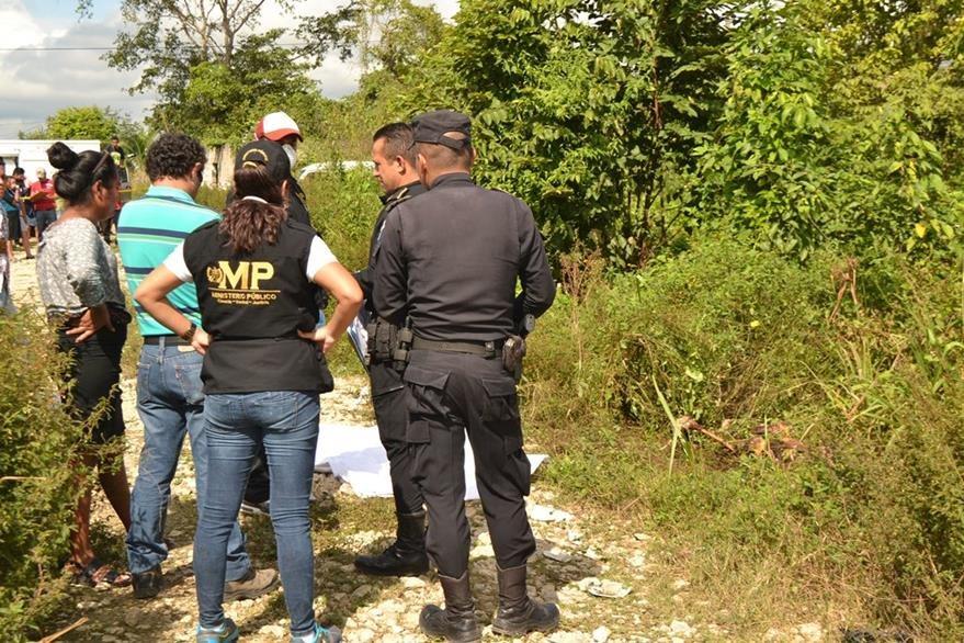 Investigadores resguardan el lugar del hallazgo del cadáver. (Foto Prensa Libre: Rigoberto Escobar).