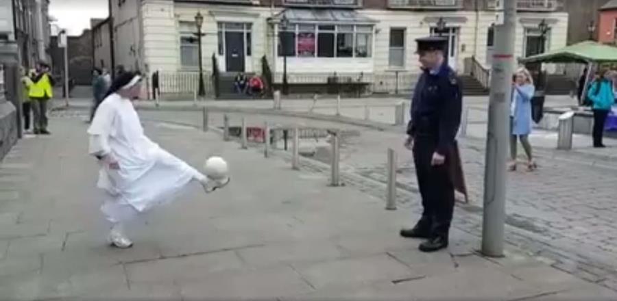 El ganador del enfrentamiento entre una monja y un policía en Irlanda no quedó completamente claro para pobladores de Munster, Irlanda. (Foto Prensa Libre: Facebook)