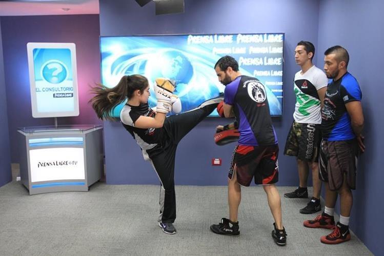 Integrantes de Academias Schumann hicieron ayer una demostración de las diferentes técnicas que se utilizan en los combates de artes marciales mixtas, durante El Consultorio. (Fotos Prensa Libre, Esbin García)
