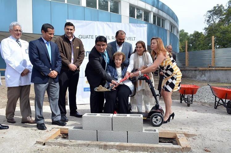 Representantes de la Fundación Juan Bautista Gutiérrez, de Corporación Multi Inversiones y Salud, colocan la primera piedra del proyecto. (Foto Prensa Libre: Ministerio de Salud).