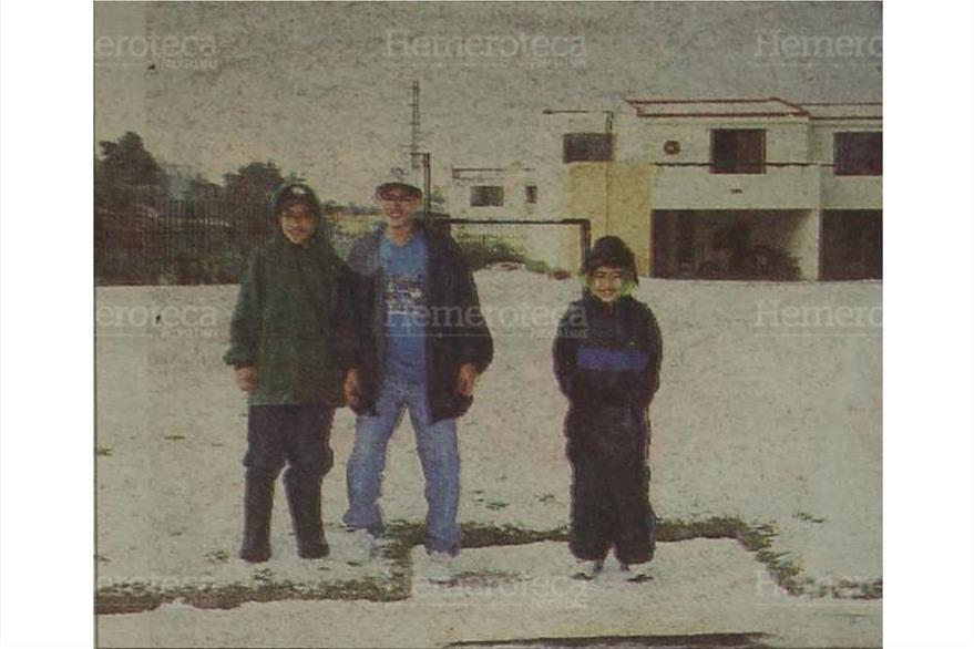 Los niños residentes de la aldea El Pajón, San José Pinula, no se resistieron a salir a presenciar la lluvia de hielo 22/12/2000. (Foto: Hemeroteca PL)