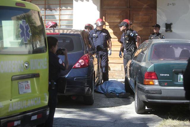 Agentes de la PNC acordonan la escena en la que murió el presunto robacarros. (Foto Prensa Libre: Erick Ávila)
