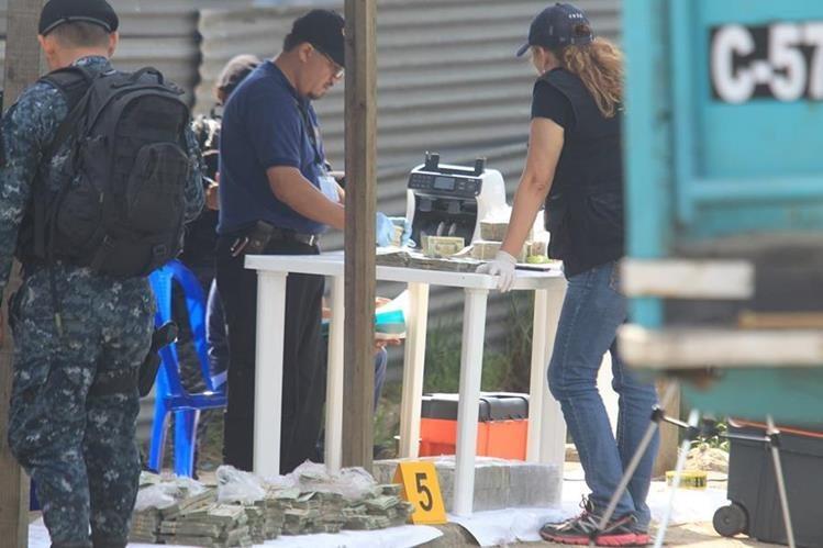 Fiscales del MP contabilizan el dinero que fue localizado en un camión en San José Pinula en 2016. (Foto Prensa Libre: Hemeroteca)
