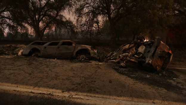 Varios vehículos fueron consumidos por las llamas cerca de Santa Paula, California. REUTERS