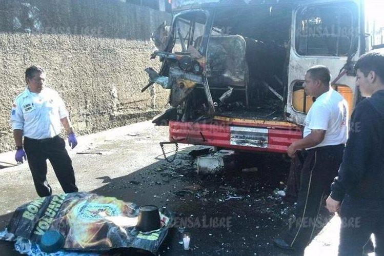 La víctima mortal quedó tirada por la fuerte explosión en la parte de atrás del bus. (Foto Prensa Libre: Estuardo Paredes)