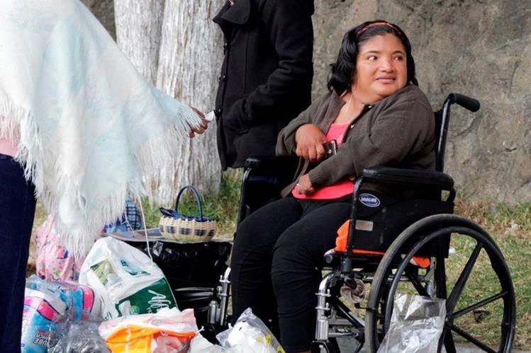 Ruth López se moviliza en una silla de ruedas debido a una enfermedad en la columna vertebral. (Foto Prensa Libre: María José Longo)