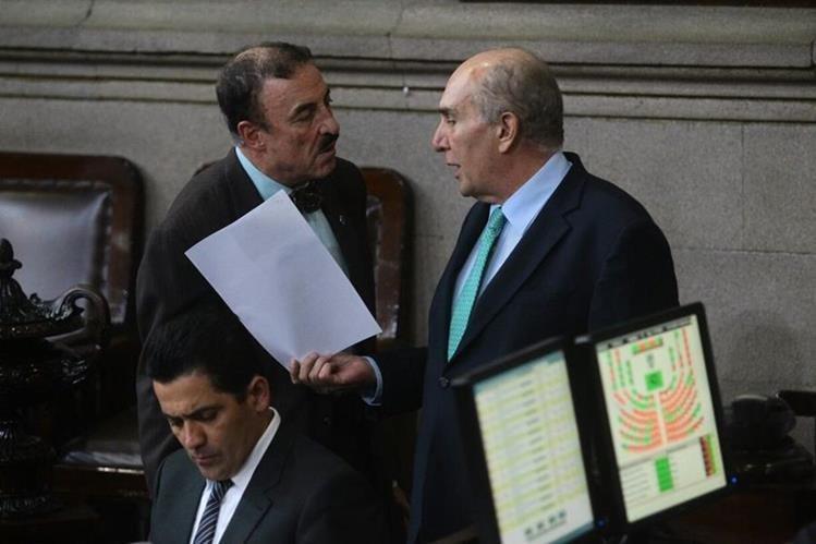 El diputado Fernando Linares entrega al presidente del Congreso, Mario Taracena, la moción para someterla a votación. (Foto Prensa Libre: Álvaro Interiano)