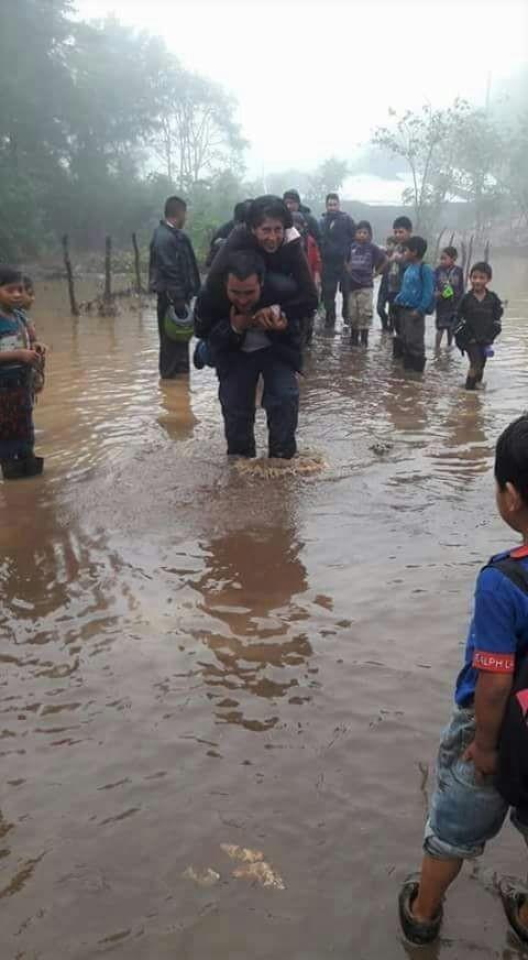 Varias casas y carreteras fueron dañadas por las lluvias. (Foto Prensa Libre: Mike Castillo)
