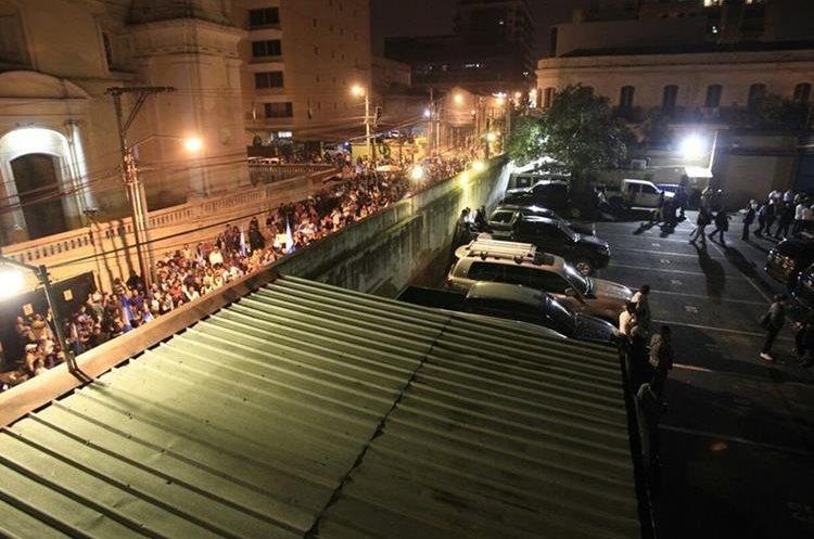 Situación en las afueras del Congreso. (Foto Prensa Libre: Carlos Hernández).