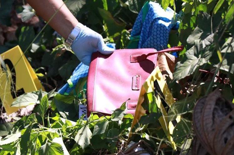 Cerca del cadáver de la mujer fue hallada una cartera y ropa. (Foto Prensa Libre: Cristian Soto)