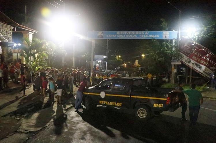 El cuerpo del motorista quedo a unos 10 metros de la valla publicitaria con la cual chocó. (Foto Prensa Libre: Rolando Miranda)