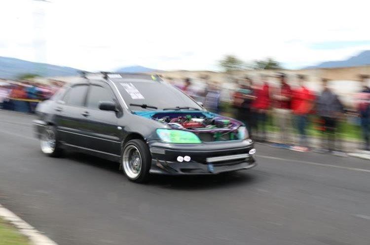 Los automóviles modificados fueron los de mayor atractivo para los aficionados. (Foto Prensa Libre: Raúl Juárez)