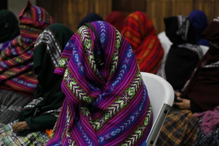 Once mujeres q'eqchis buscan demostrar que fueron víctimas de esclavitud sexual hace más de 30 años en el destacamento militar Sepur Zarco. (Foto Prensa Libre: Paulo Raquec)