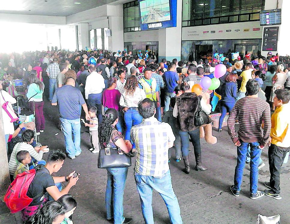 Cientos de personas esperan a las afueras del  Aeropuerto Internacional La Aurora debido a demora en los vuelos. (Foto Prensa Libre: Hemeroteca PL)