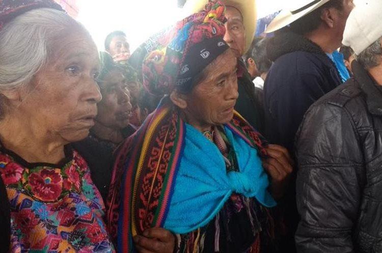Varias personas han hecho un largo viaje para acompañar a los familiares de Claudia Gómez.