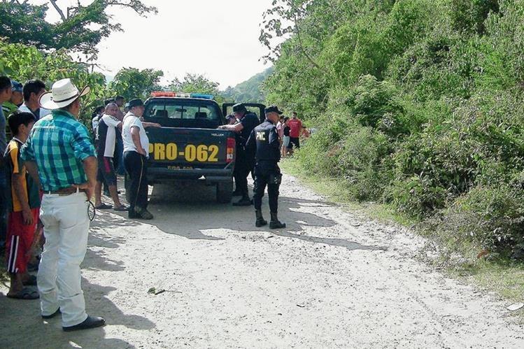 Agentes de la PNC resguardan el área donde fue localizado un cadáver en el caserío Las Tunas, San Antonio La Paz, El Progreso. (Foto Prensa Libre: Héctor Contreras)